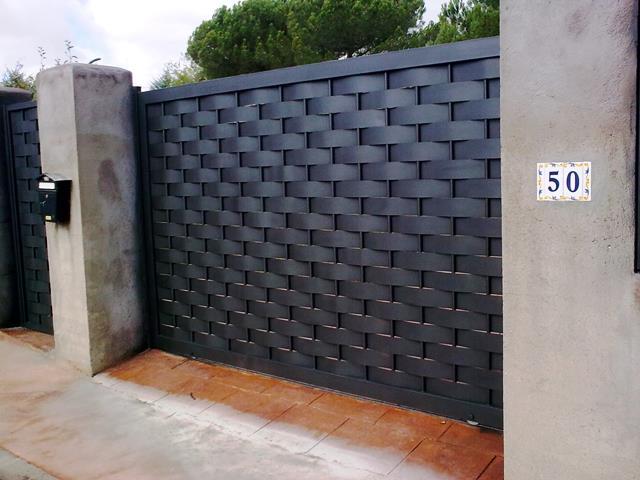 Puerta corredera de chapa trenzada for Puerta corredera exterior jardin
