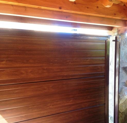 Puerta corredera de panel sandwich madera - Cancelas de madera ...