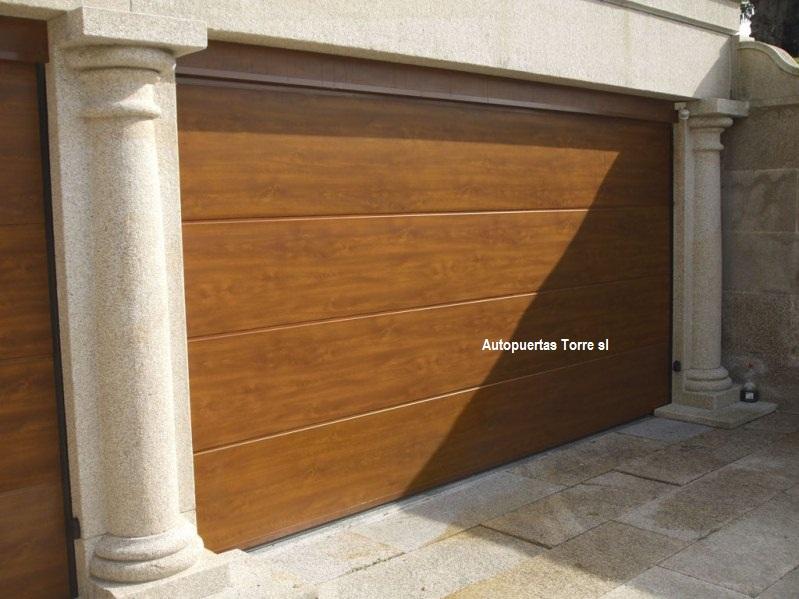 Puertas de garaje las matas for Puertas imitacion madera exterior