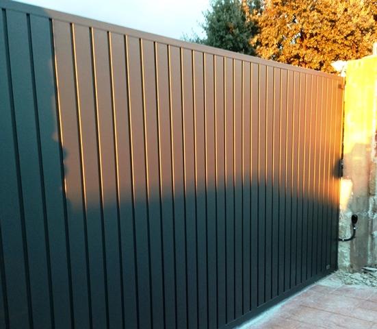Puerta corredera con motor for Puertas de chapa para exterior